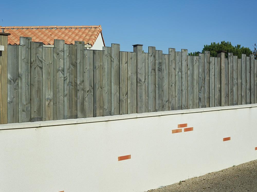 Panneau en bois Hossegor Douglas classe 3.2 marque PIVETEAUBOIS sur muret Vivre en Bois