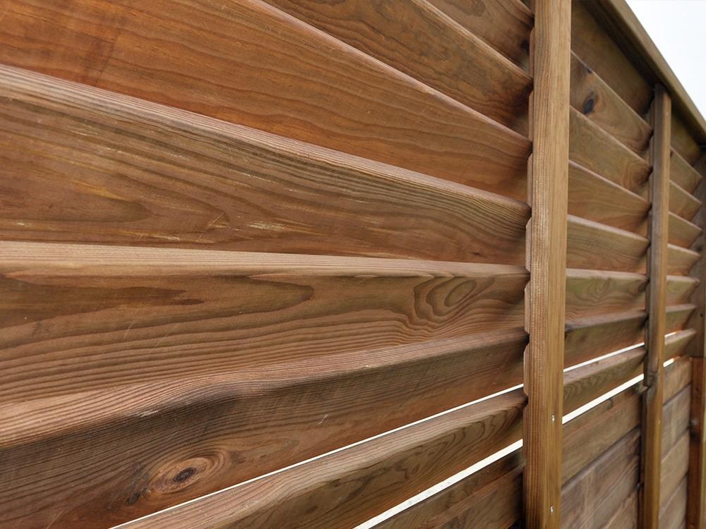 Zoom sur lames persiennées du panneaux bois Olympe en Pin classe 4 technologie DURAPIN marque PIVETEAUBOIS marron par imprégnation Vivre en Bois