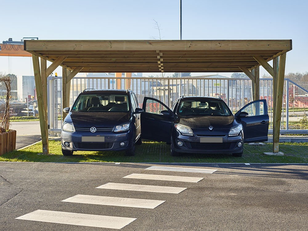 Carport double voiture garée Viso Pin technologie DURAPIN marque Piveteaubois Vivre en Bois