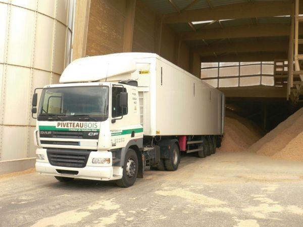 Chargement des pellet bois dans les camions pour livraison marque PIVETEAUBOIS