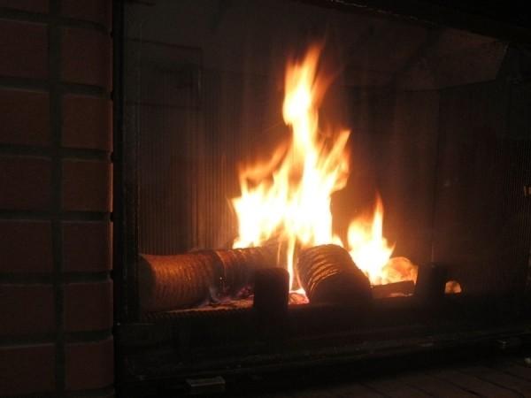 combustion lente des bûches de bois densifiées de nuit PiveteauBois par Vivre en Bois